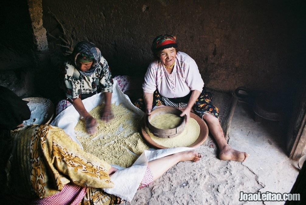 Mulheres marroquinas a prepararem o cuscuz tradicional