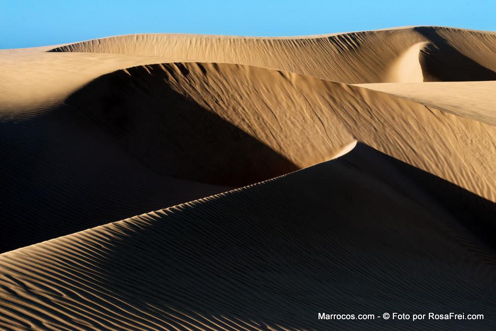 Dunas de areia no lago Naila em Marrocos