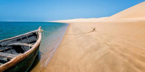 Barco na praia do Lac Naila em Marrocos