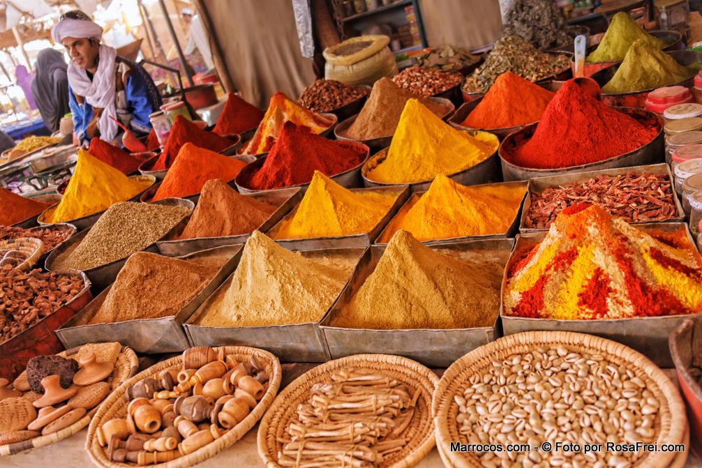 Especiarias à venda no mercado de domingo em Rissani em Marrocos