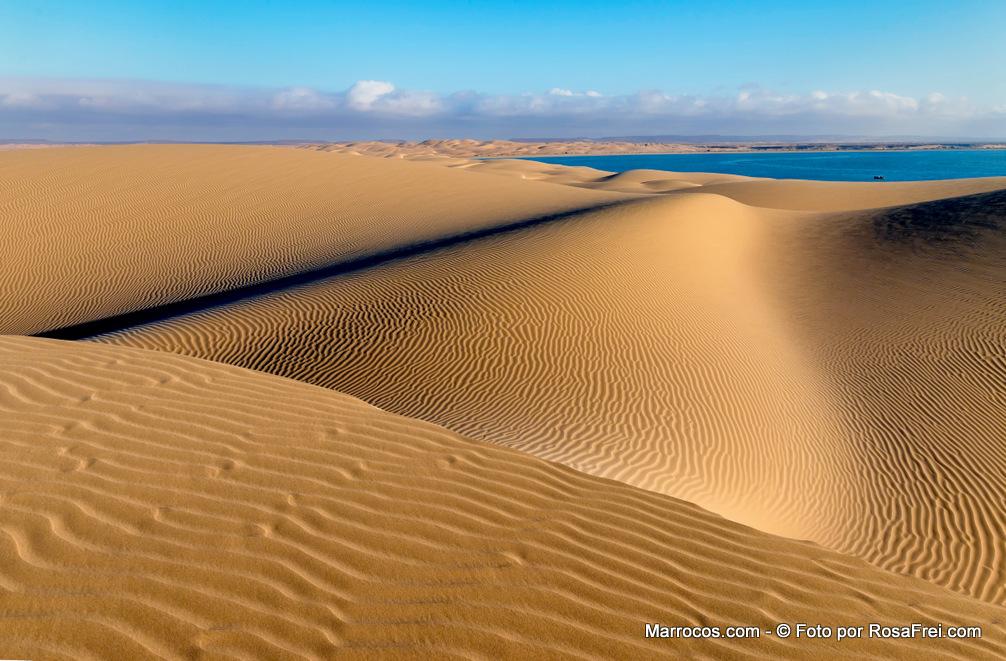 Dunas na Lagoa de Khenifiss em Marrocos
