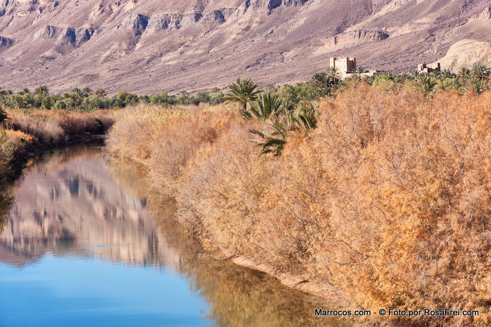 Draa river with Jebel Kissane mountains in the Draa valley, Morocco. O rio Draa com o Monte Kissane no Vale do Draa em Marrocos