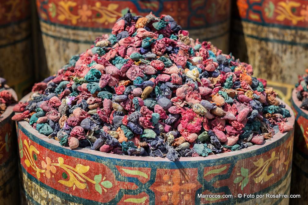 Flores secas perfumadas no souk de Marrakech em Marrocos