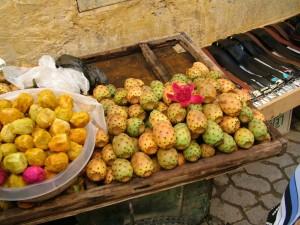 Figo da India à venda numa banca de fruta em Marrocos