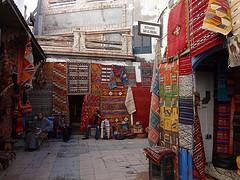 Rua de Essaouira com tapetes à venda